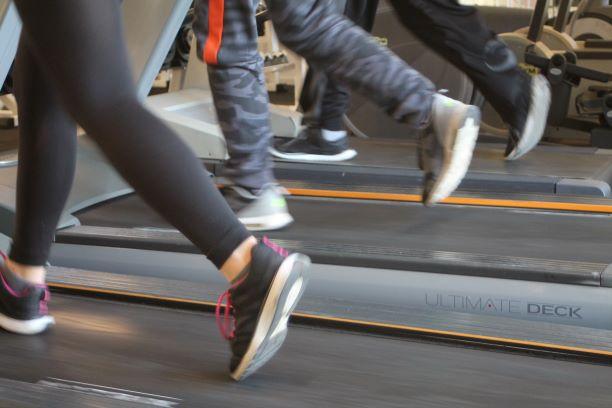 Direktøren af fitnesscenteret træner selv